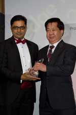 Picture of winner and prize presenter at the Eurekahedge Asian Hedge Fund Awards 2011
