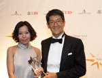 Picture of a winner and prize presenter at the Eurekahedge Asian Hedge Fund Awards 2011